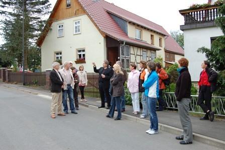 Besuch einer brandenburgischen Delegation, Diskussion angesichts des Kulturhauses Pfersdorf