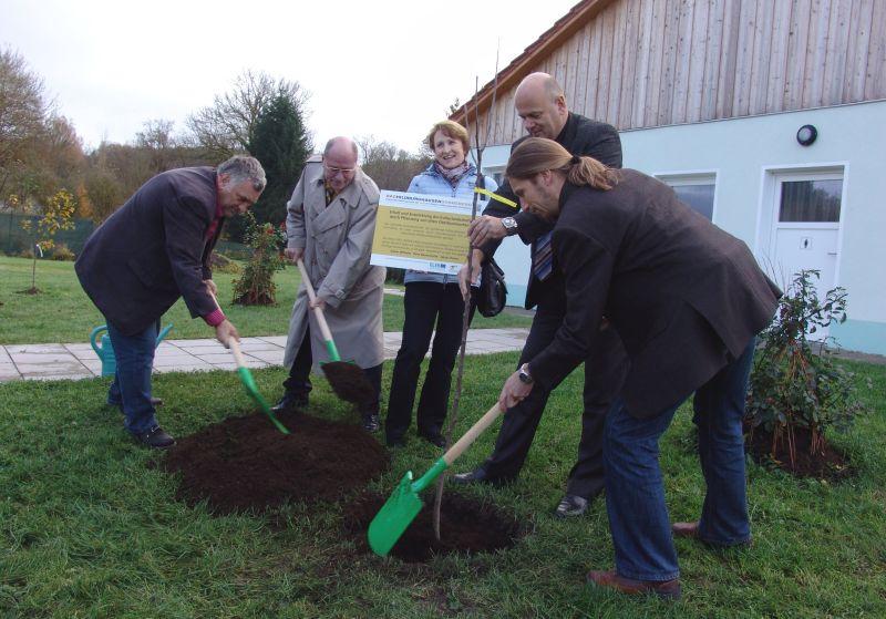 Gemeinsam gepflanzt und in den letzten Jahren viel bewegt: Albert Seifert, Hans-Peter Schmitz, Ute Polster, Helge Hofmann und Philipp Rothe (v.l.) (Foto: RAG Hildburghausen-Sonneberg)