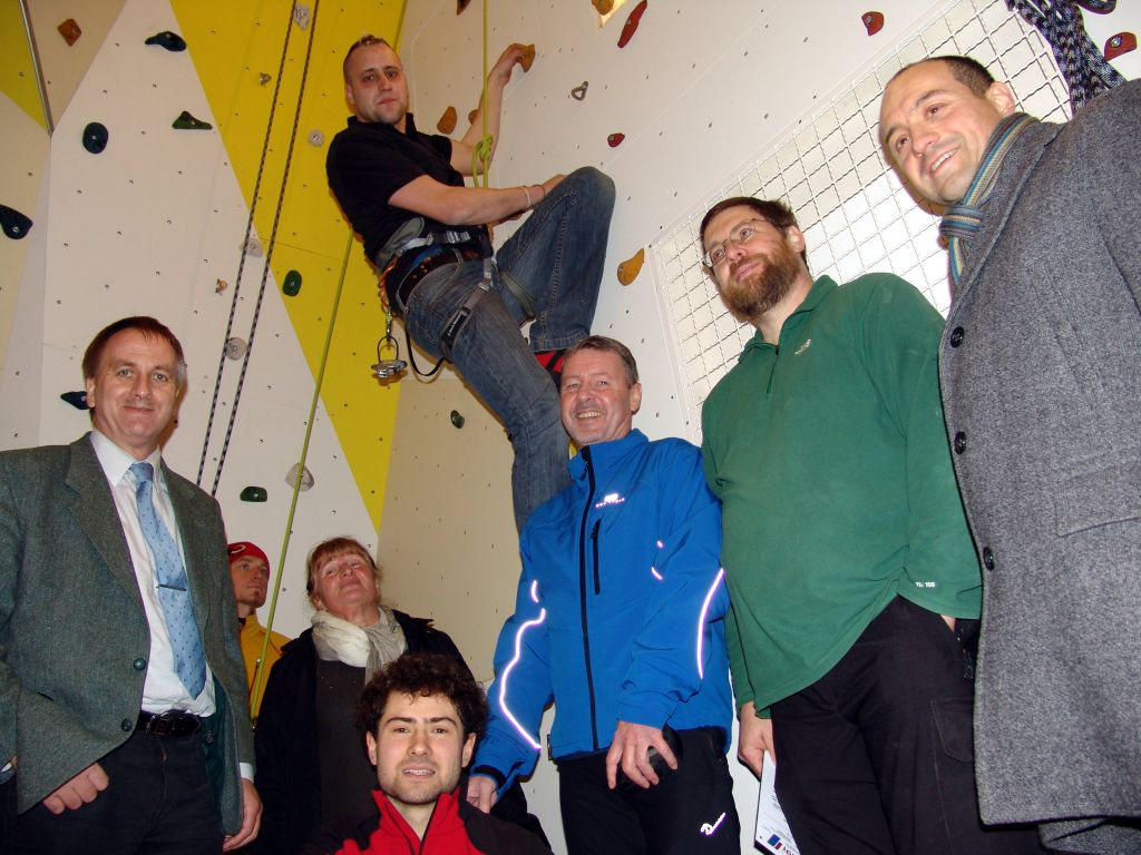Freude zum Auftakt bei allen Beteiligten – die Kletterwand wurde dabei natürlich gleich mal getestet. (Foto:RAG Henneberger Land e.V.)