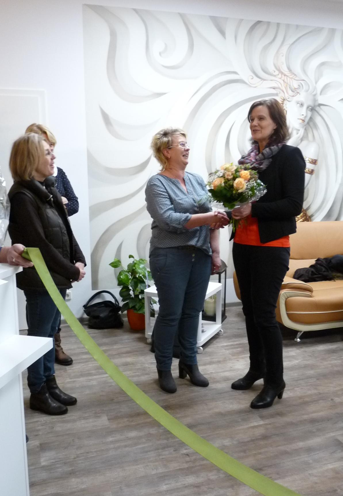 Landrätin und RAG-Vorsitzende Antje Hochwind (re.) gratuliert der Frisörmeisterin Diana Scholz (Mitte) zu ihrem neuen Salon. Mit ihr freuen sich Daniela Ott-Wippern (li.), LEADER-Managerin der RAG Kyffhäuser, und Ingrid Hintz vom ALF Gotha (im Hintergrund). (RAG Kyffhäuser)