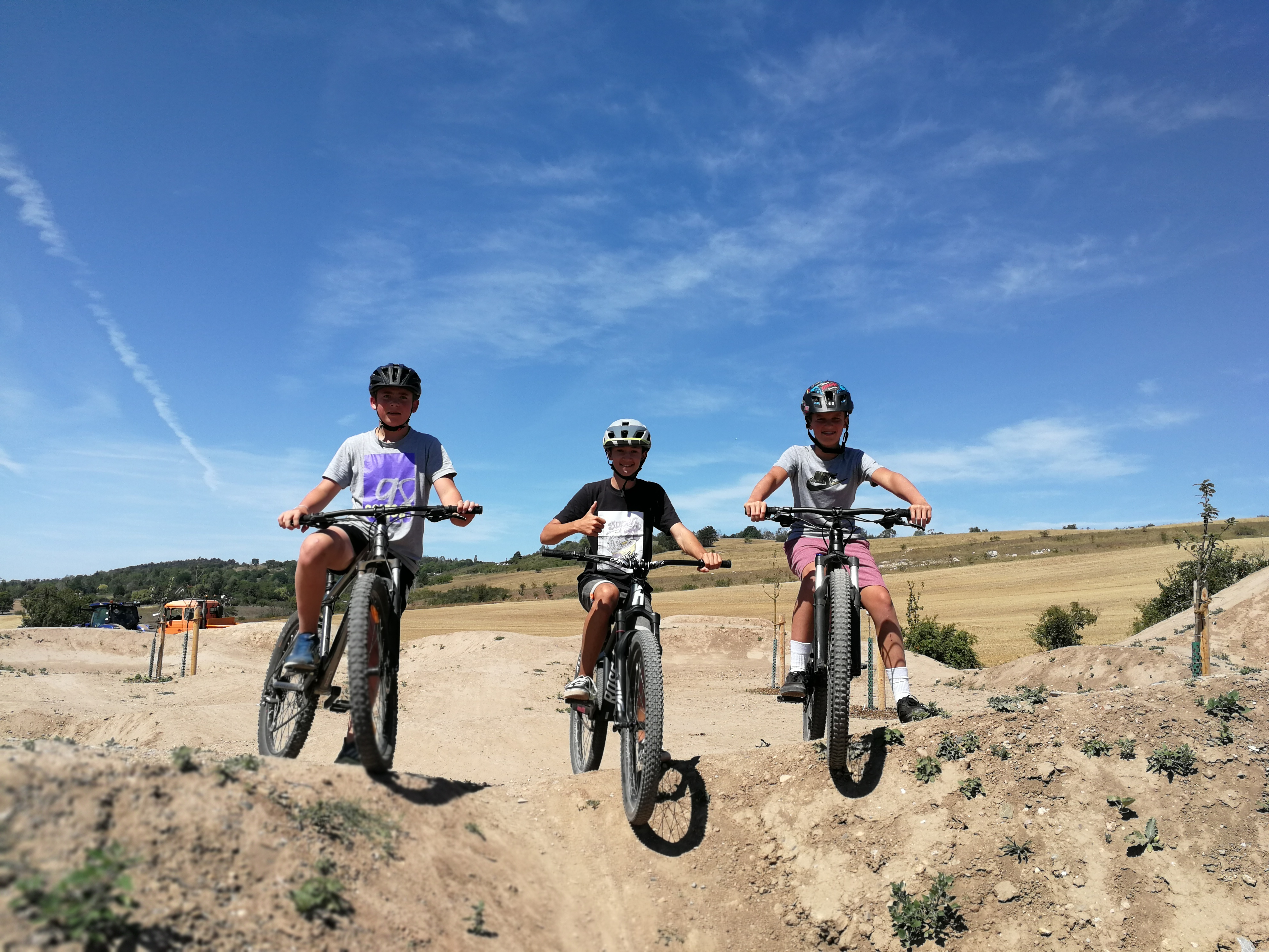 Jugendliche testen den neuen Bike-Parcours im Trailpark, Quelle: RAG Kyffhäuser e.V.