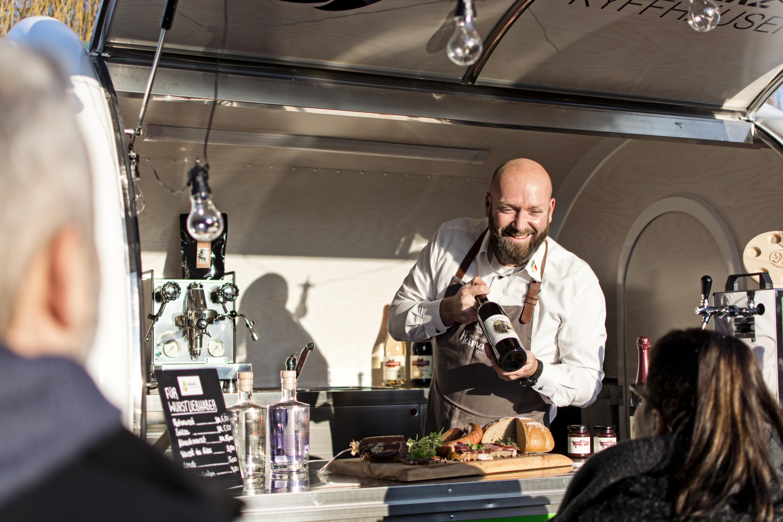 Herr Wohlenberg vom mobilen Hofladen bewirbt seine Produkte, Quelle: Christian Schelauske, Hammaphotos