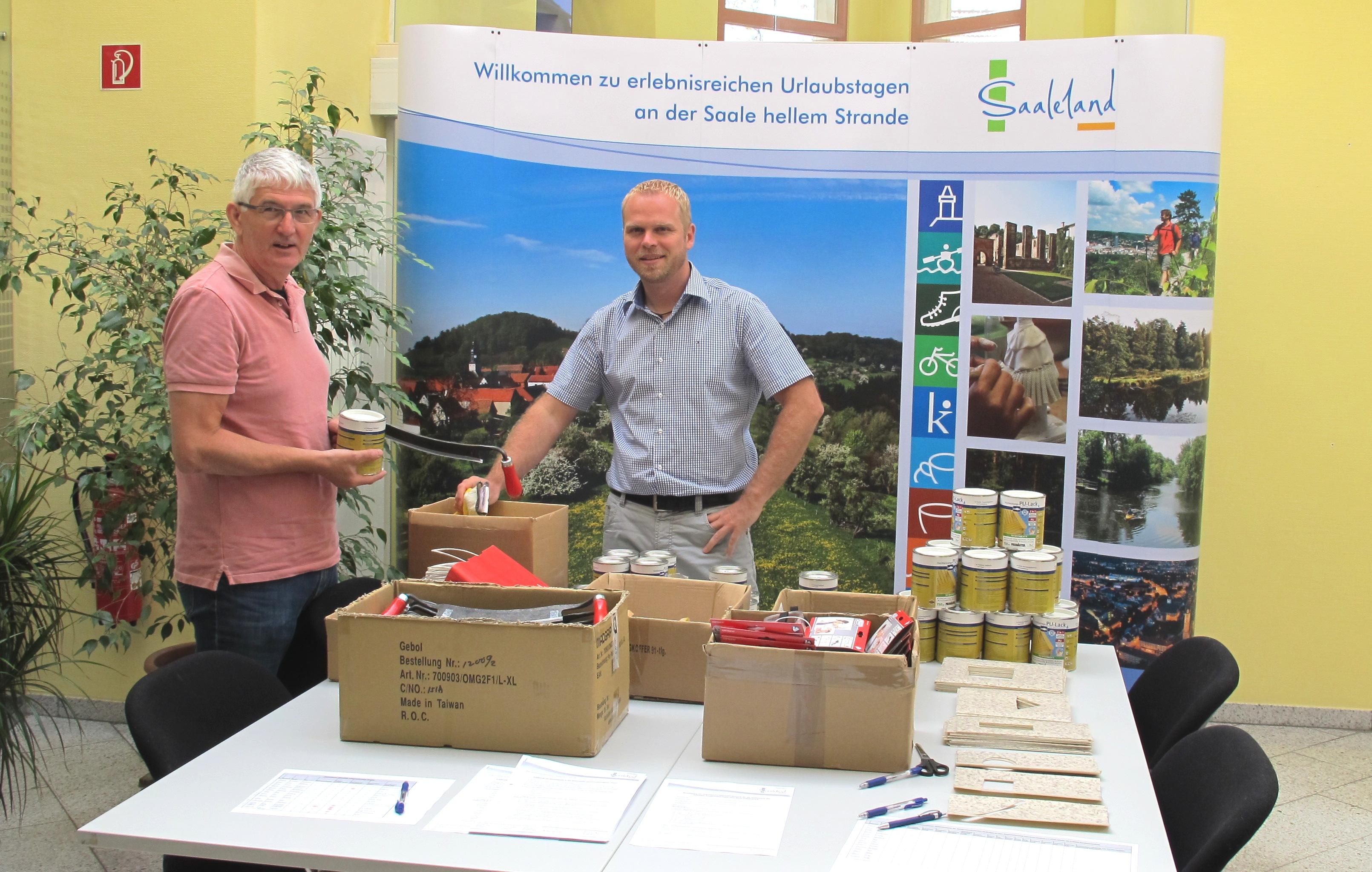 Übergabe der Arbeitsmaterialien an die Wanderwegewarte, Quelle: RAG Saale-Holzland
