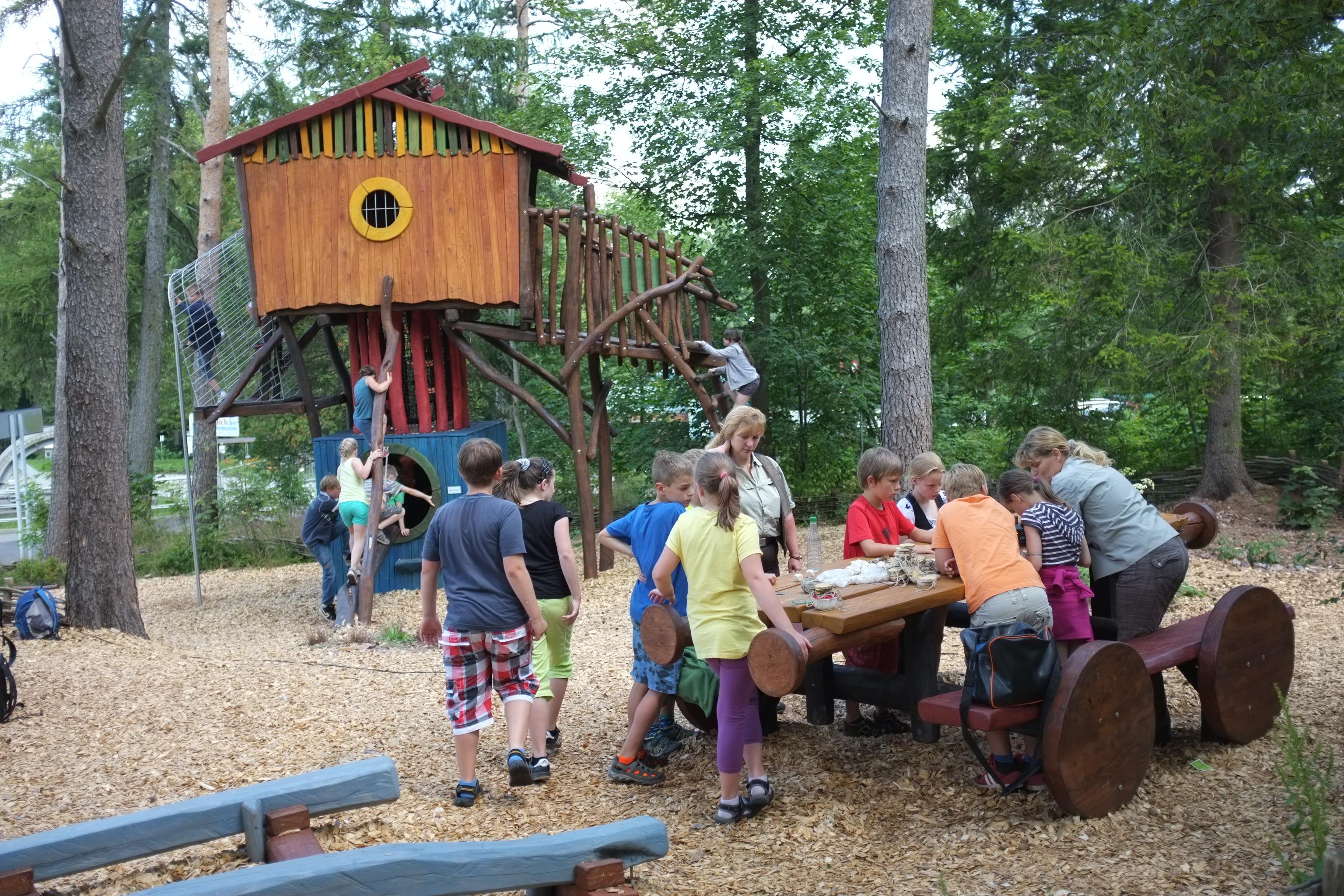 Kindergruppe auf dem Abenteuerspielplatz (Quelle: Ines Kinsky (RAG Saalfeld-Rudolstadt))