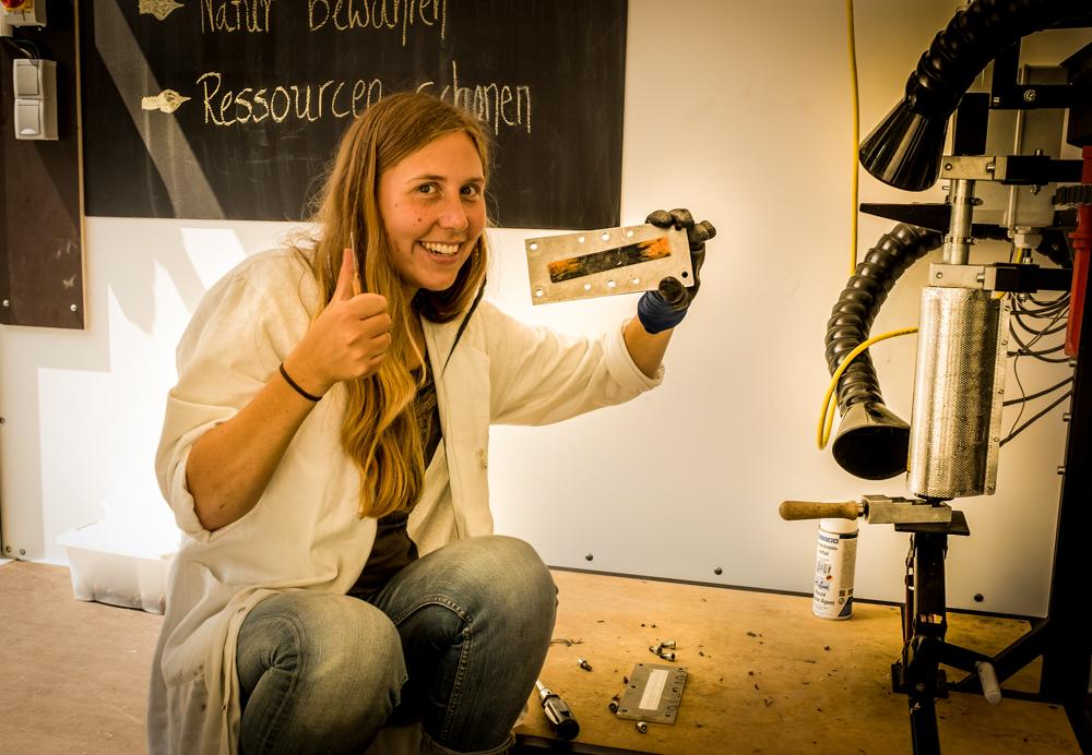 Mitarbeiterin von der Save Nature Group mit selbstgemachtem Recycling-Lineal, Quelle: Ines Kinsky (RAG Saalfeld-Rudolstadt)